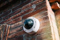 Axe 360 degrés de vidéo surveillance sur le mur de briques images libres de droits