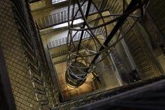Axe et escalier d'ascenseur photographie stock libre de droits