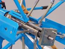 Axe mécanique et objet bleus et jaunes de lien Photos stock