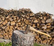 Axe no bloco de desbastamento com a pilha de madeira desbastada nivelada no whit Fotos de Stock