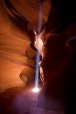 Axeln av ljus strömmar ner till kanjongolvet, övreantilopkanjon Arkivbild