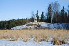 Axeln för kyssar i Vakkosalmien parkerar i den soliga Februari eftermiddagen Sortavala Karelia Arkivbild