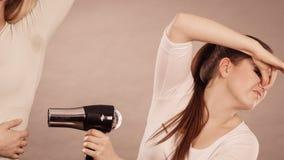 Axila de sequía del amigo de la mujer con el secador de pelo Imagen de archivo