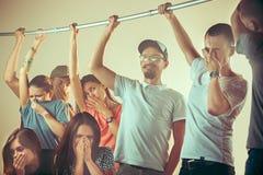 Axilas sudorosos Hombre sudoroso megabus Transporte público La gente infeliz acerca al hombre foto de archivo