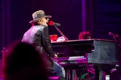 Axl罗斯唱歌在钢琴 库存照片