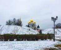 Axlar för ‹för †för stadssom täckas med snö och antagandedomkyrkan i Kreml i Dmitrov, Moskvaregion, Ryssland arkivbild