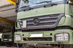 Axor för tyskmercedes benz, ställningar under det militära taket Fotografering för Bildbyråer