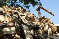 Axt auf Stapel des gehackten Feuerholzes Lizenzfreie Stockbilder