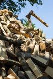Axt auf Stapel des gehackten Feuerholzes Stockfotografie