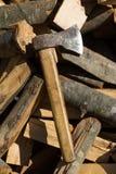 Axt auf Stapel des gehackten Feuerholzes Lizenzfreies Stockbild
