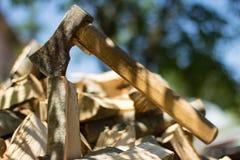 Axt auf Stapel des gehackten Feuerholzes Lizenzfreies Stockfoto