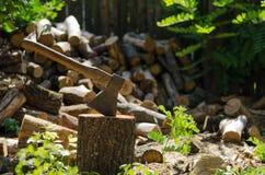 Axt an des Brennholzhintergrundes Stockbilder