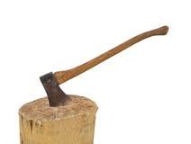 Axt in einem Stumpf, der das Holz getrennt hackt Stockfoto