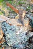 Axt gehaftet in einem Block des Holzes Lizenzfreie Stockfotos