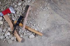 Axt-, Hammer- und Stahlbürste auf Stapel des Schutts Lizenzfreie Stockfotos