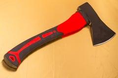 Axt mit dem roten Axtgriff Stockfotografie