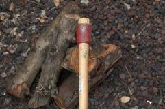 Axt und Brennholz Stockfoto