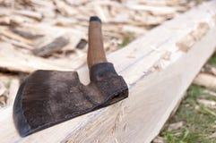 Axt und handgemachter Strahl des Holzes Lizenzfreie Stockfotografie