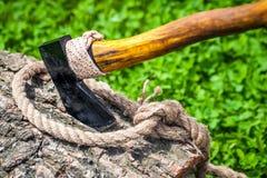 Axt und Seil auf Holz Stockbild