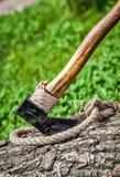 Axt und Seil auf Holz Stockbilder