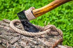 Axt und Seil auf Holz Stockfotos