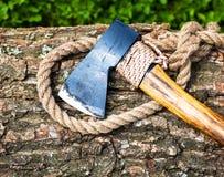 Axt und Seil auf Holz Lizenzfreie Stockbilder