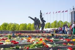 Ay 9, beröm 73 år efter världskrig 2, folk, blommar Royaltyfria Bilder