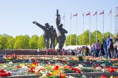 Ay 9, beröm 73 år efter världskrig 2, folk, blommar Arkivfoto