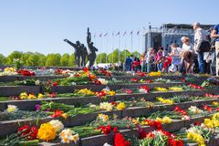 Ay 9, beröm 73 år efter världskrig 2, folk, blommar Arkivbilder