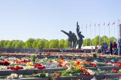 Ay 9, beröm 73 år efter världskrig 2, folk, blommar Arkivbild
