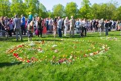 Ay 9, beröm 73 år efter världskrig 2, folk, blommar Royaltyfri Fotografi