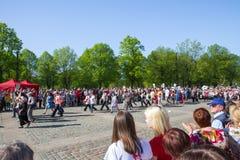 Ay 9, beröm 73 år efter världskrig 2, folk, blommar Fotografering för Bildbyråer