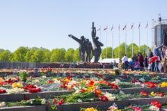 Ay 9, celebración 73 años después de la guerra mundial 2, gente, flores Foto de archivo libre de regalías