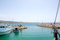 Aya Napa, porto, porto, porto do seaThe do recurso com os barcos de pesca pequenos e de madeira fotos de stock royalty free