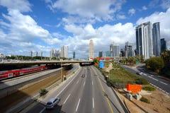 Ayalon wysoki sposób i taborowe koleje w Tel Aviv, Izrael Fotografia Royalty Free
