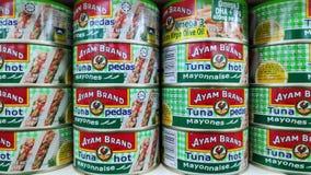 Ayam Brand puede del atún vendido en tienda en Johor Bahru, Malasia imagen de archivo