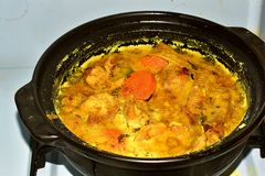 Ayam Masak Kurma或鸡烹调了与Kurma浆糊 免版税图库摄影