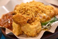 Ayam Penyet捣毁的鸡肉菜肴 图库摄影