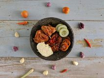 Ayam Penyet è alimento tradizionale indonesiano fotografie stock libere da diritti
