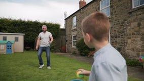 Ayant l'amusement avec le papa dehors