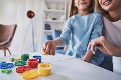 Ayant l'amusement ensemble Fermez-vous de la peinture mignonne de petite fille avec Photographie stock libre de droits