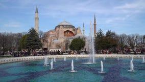 圣索非亚大教堂Ayasofya在Sultanahmet有旅游人群的,伊斯坦布尔,土耳其广场公园 股票录像