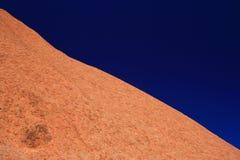 Ayers Felsen im Gegensatz zu blauem Himmel Stockbild