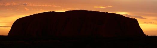 Ayers Felsen (Uluru) - Sonnenaufgang - pano Lizenzfreie Stockfotos