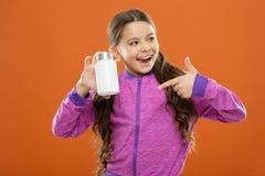 Ayez besoin des suppléments de vitamine Fille mignonne d'enfant prendre quelques médecines Traitement et médecine Produit naturel images stock