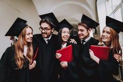 Ayez l'amusement Amitié diplôme Groupe d'étudiants photographie stock libre de droits
