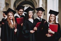 Ayez l'amusement Amitié Groupe d'étudiants manteaux photographie stock