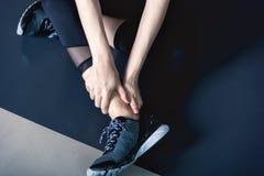 Ayez la crampe de cheville dans la formation d'exercice de forme physique dans le gymnase images stock