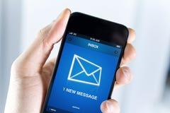 Ayez un message neuf sur le téléphone portable images libres de droits
