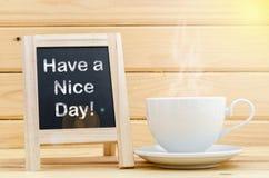 Ayez un mot de beau jour sur le tableau et le coffe Photographie stock